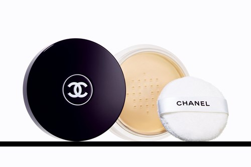 إطلالة حالمة باللون الأزرق في عرض Chanel
