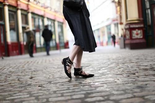 حذاء الباليرينا ذو الأربطة موضة الخريف