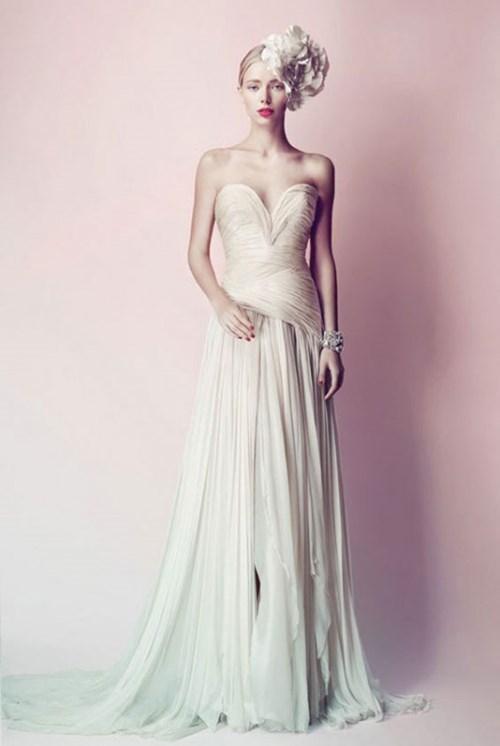 الريش في فستان الزفاف... لعروس غير تقليدية