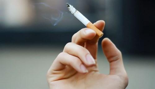 الإقلاع عن التدخين الذي يحتوي على نسبة عالية من السموم ، والتي تزيد من ظهور التجاعيد وعلامات التقدم في السن.