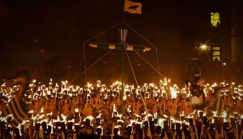 فؤوس ومشاعل وخوذات مجنحة في مهرجان الفايكينغ في جزر شتلاند