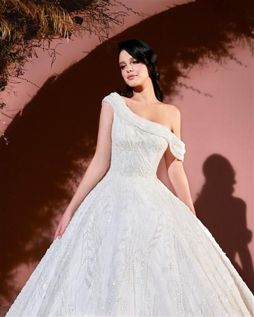 نجا سعادة يطلق فساتين زفاف تغمر المرأة بالحب