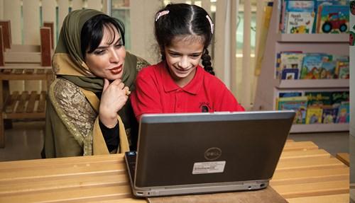 مريم عثمان تتابع تطور الأطفال في المركز.