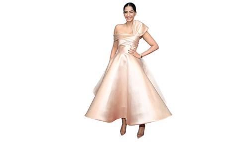 «سونام كابور» هوايتها المفضلة هي التسوق، حتى أصبحت من أبرز المؤثرين في عالم الموضة وسط «بوليوود».