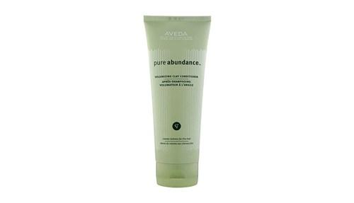 AVEDA Pure AbundanceVolumizing Clay Conditioner: بلسم غني بمستخلص طمي الكاولين من إنجلترا، وصمغ الأكاسيا من أفريقيا لزيادة كثافة الشعر.