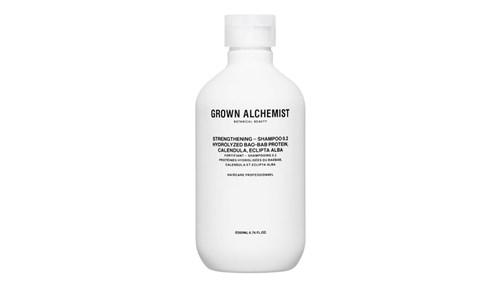 9 Grown Alchemist Volumizing Shampoo البايوتين أو فيتامين ب7 يزيد الشعر كثافة واضحة في هذا الشامبو، إلى جانب البروتينات بتقنية لايبوسوم Liposome التي تسمح بالتصاق المكونات بالشعر ما يوحي بكبر قطره وامتلاء الرأس به.