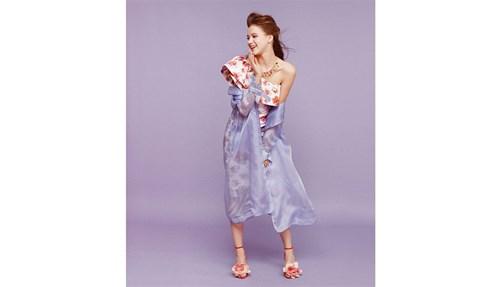 ترانشكوت من Caterina Moro فستان وحذاء من Chiara Boni  عقد من Rosantica