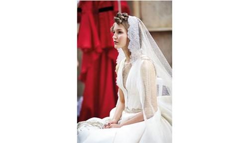 عروس شقرا في الكواليس في أسبوع باريس