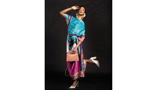 جلابية من Maith Al Ansari حقيبة من Givenchy  حزام من Mango حذاء من Stuart Weitzman عمامة من Dulce By Safiya