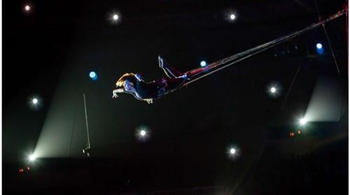 على ارتفاع 25 طابقاً.. بهلوانيان يمشيان على حبل مشدود في نيويورك!
