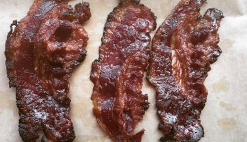 اللحم المقدد المليء بالدهون المشبعة والملح والمواد التي ترفع من خطر الإصابة بالسرطان.
