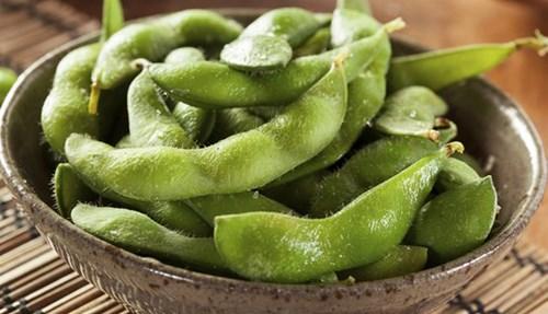 الإيدمامي: حبوب الصويا الخضراء اللذيذة والتي يمكن تناولها مطهية على البخار كوجبة خفيفة خلال اليوم أو إضافتها إلى أطباق الأرز تحتوي على نسبة عالية من الحديد. كوب منها يمنحك حوالي 40 بالمئة من حاجتك من هذا المعدن.