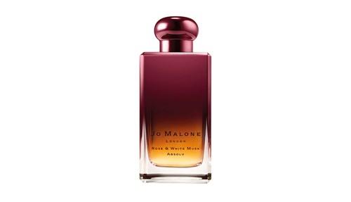 طبيعته النارية يؤججها، ثلاثي العود والمسك الأبيض والعنبر الواضح بقوة في عطر Jo Malone London Rose & White Musk Absolu، مع روح الورد الدمشقي الخلابة.