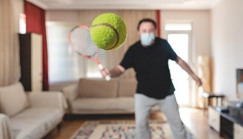 ابتدع عشاق الرياضة أفكاراً تمكنهم من ممارسة رياضاتهم المتنوعة دون كسر لقوانين التباعد الجسدي.