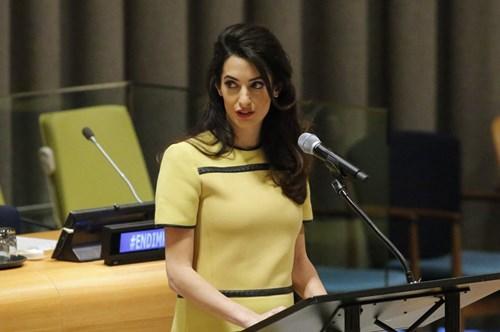 أمل كلوني تتألق بالأصفر في الأمم المتحدة