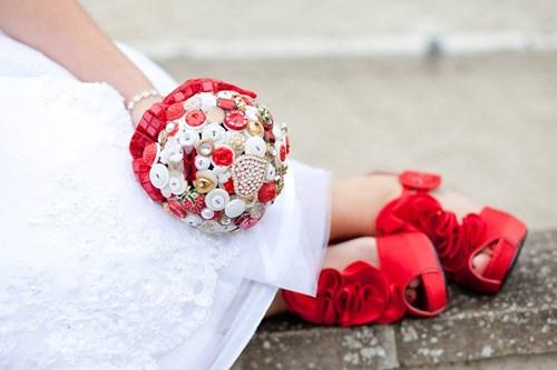 الأزرار بدلا من الزهور أحدث صيحة لباقة يد العروس