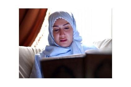 غادة عبد الرازق ترتدي الحجاب وتقرأ القرآن الكريم