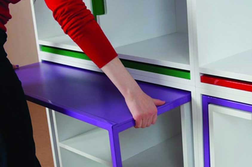مكتبة تخفي طاولة وكراسيها