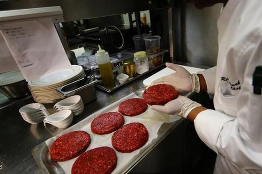 قصر الإمارات يقدم همبرجر لحم الجمل بورق الذهب!