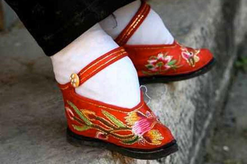 عادات الشعوب: ممنوع لأقدام النساء أن تكبر!