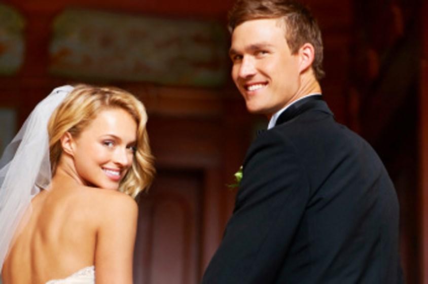 تقاليد الزفاف: لماذا تقف العروس إلى يسار عريسها؟