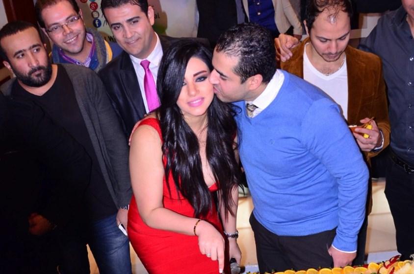 """مروة نصر تحتفل بألبومها بالقبلات و""""السيلفي"""""""