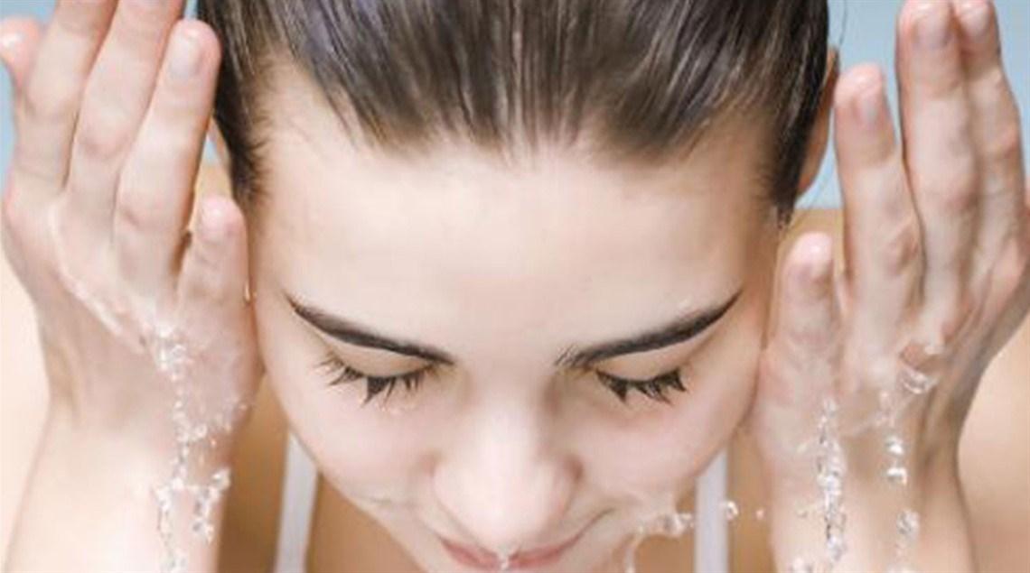 أخطاء شائعة يجب تفاديها عند غسيل الوجه