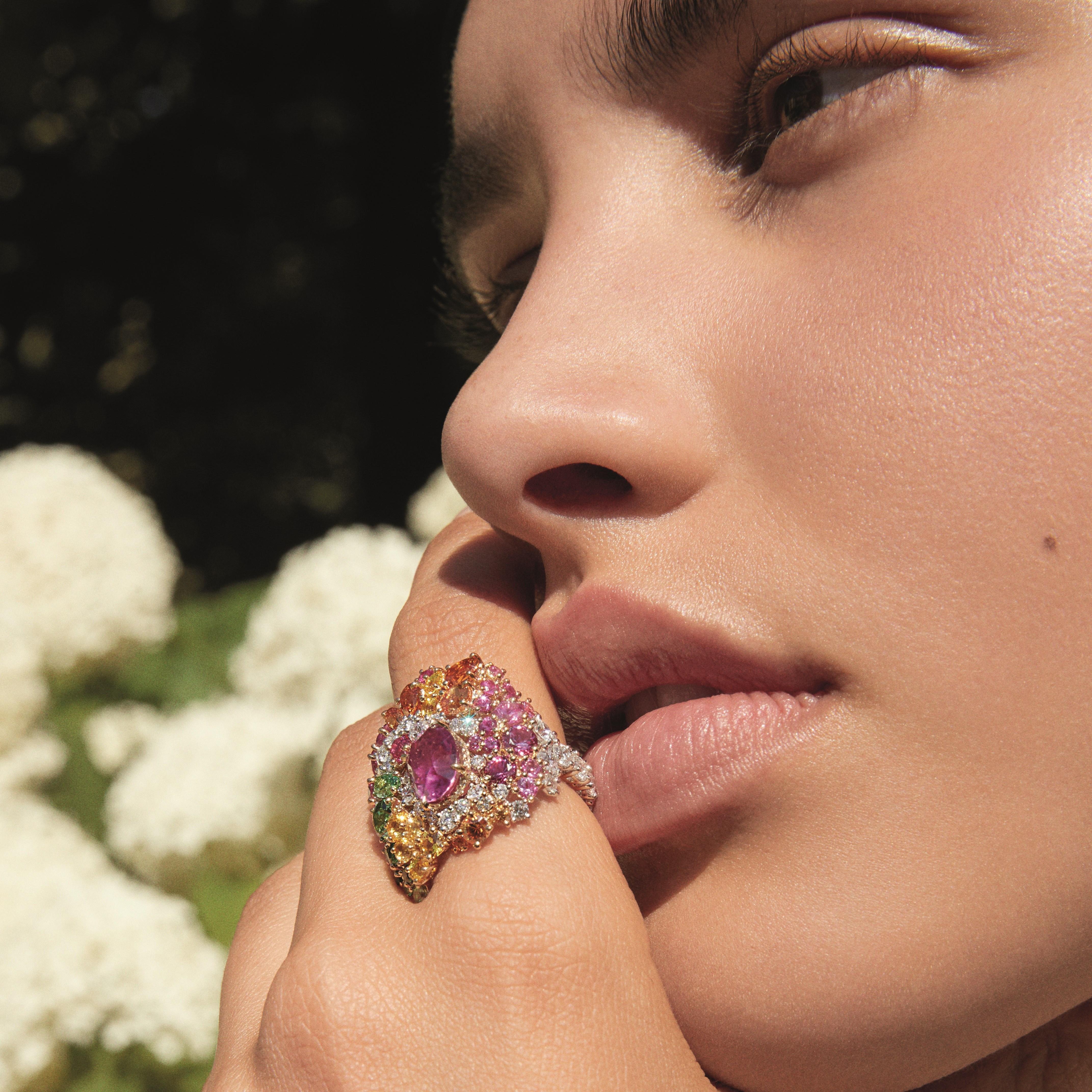 خاتم Tie & Dior: ذهب أصفر وأبيض، ألماس، ياقوت وردي، عقيق السبيسارتيت، عقيق التسافوريت وياقوت أصفر. من Dior High Jewellery.