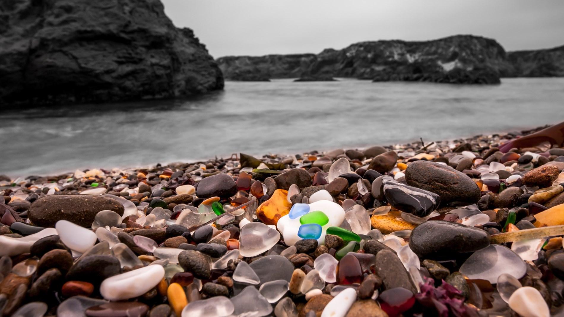 الشاطئ الزجاجي.. معجزة الطبيعة الملونة
