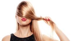 من الأسباب إلى الحلول.. كيف تتعاملين مع تراجع خط الشعر؟