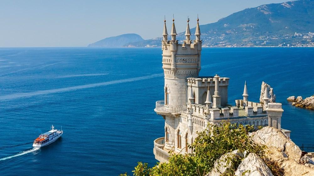 «عش السنونو».. القلعة التي صارت مطعماً بحرياً