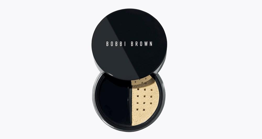 أغدقي على بشرتك نعومة الحرير ببودرة  Bobbi Brown Sheer Finish Loose Powder التي تتميز عن غيرها بميلها إلى اللون الأصفر قليلاً مما يجعلها مناسبة لكافة ألوان البشرة فضلاً عن تعزيز صفائها ونورها.