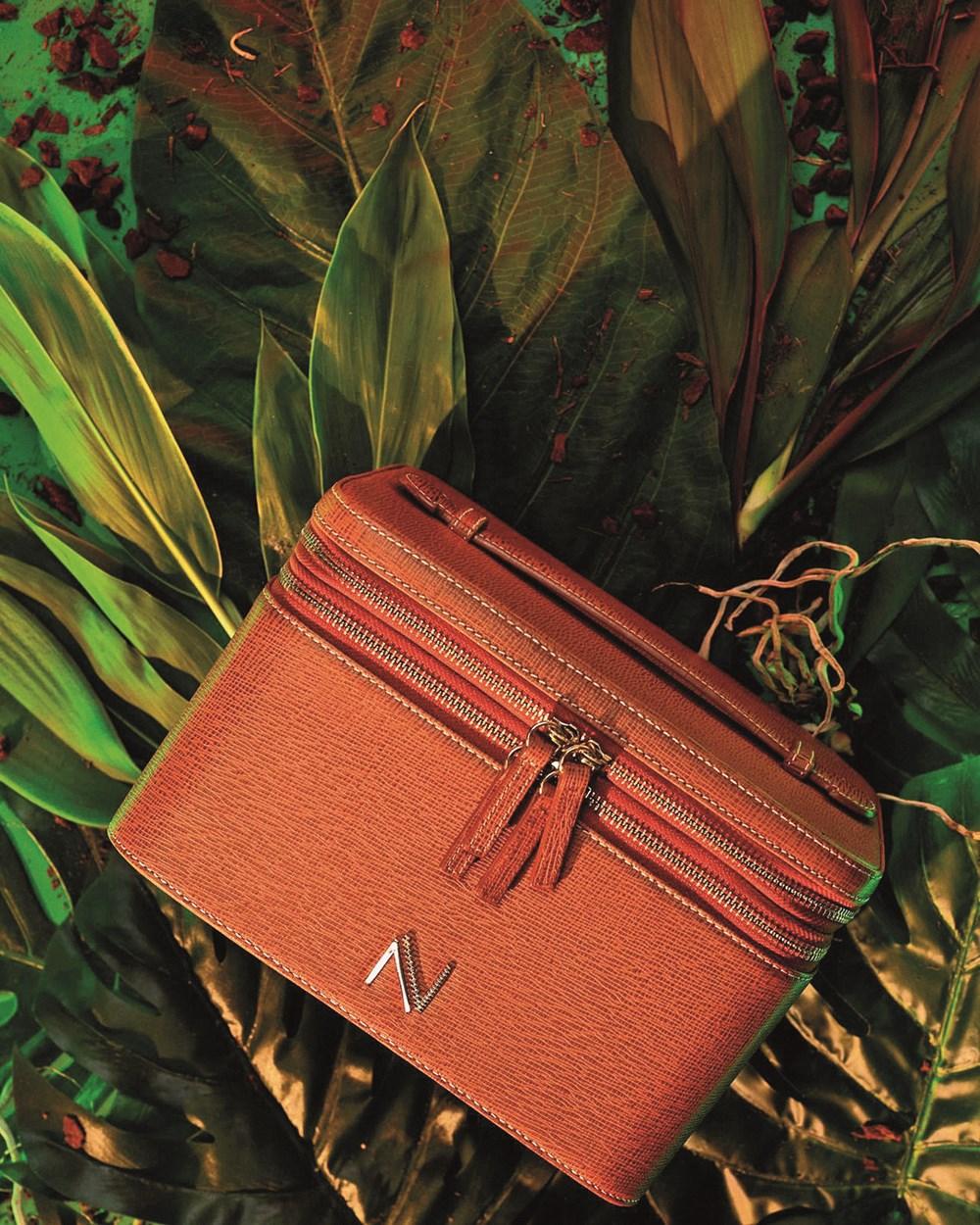 حقيبة من مجموعة البرتقالي المحروق.