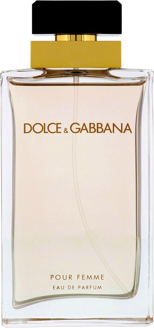 ما أجمل عبق البودرة حين يمتزج برائحة الحلويات! عطر Dolce & Gabbana Pour Femme يجسد ذلك التمازج تجسيداً رائعاً، حيث تعانق حلوى المارشيملو والفانيليا مع الياسمين وأزهار البرتقال رائحة البودرة المخملية.