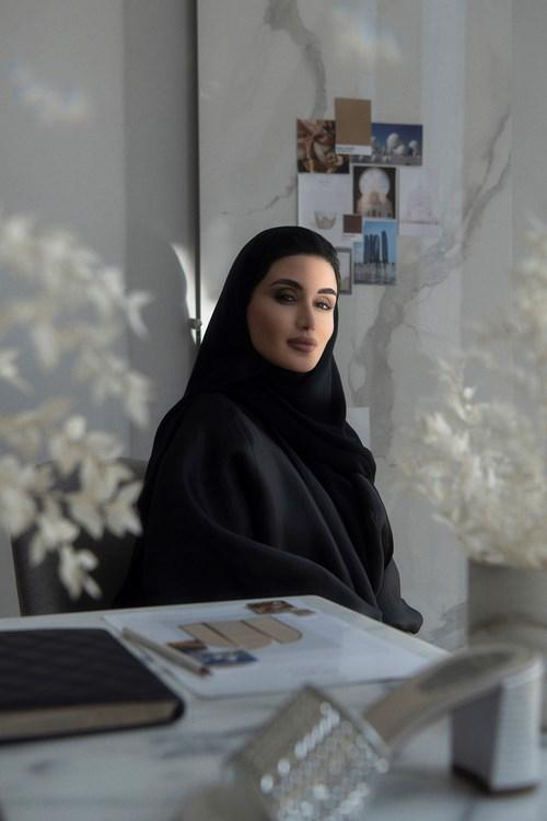 """""""رينيه كاوفيلا"""" تتعاون مع المصممة الإماراتية ياسمين الملا لطرح كبسولة حصرية"""