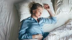 هكذا تؤثر وضعية نومك في بشرتك