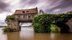 """""""لو فيو مولين"""".. الطاحونة القديمة الرومانسية على ضفاف نهر السين"""
