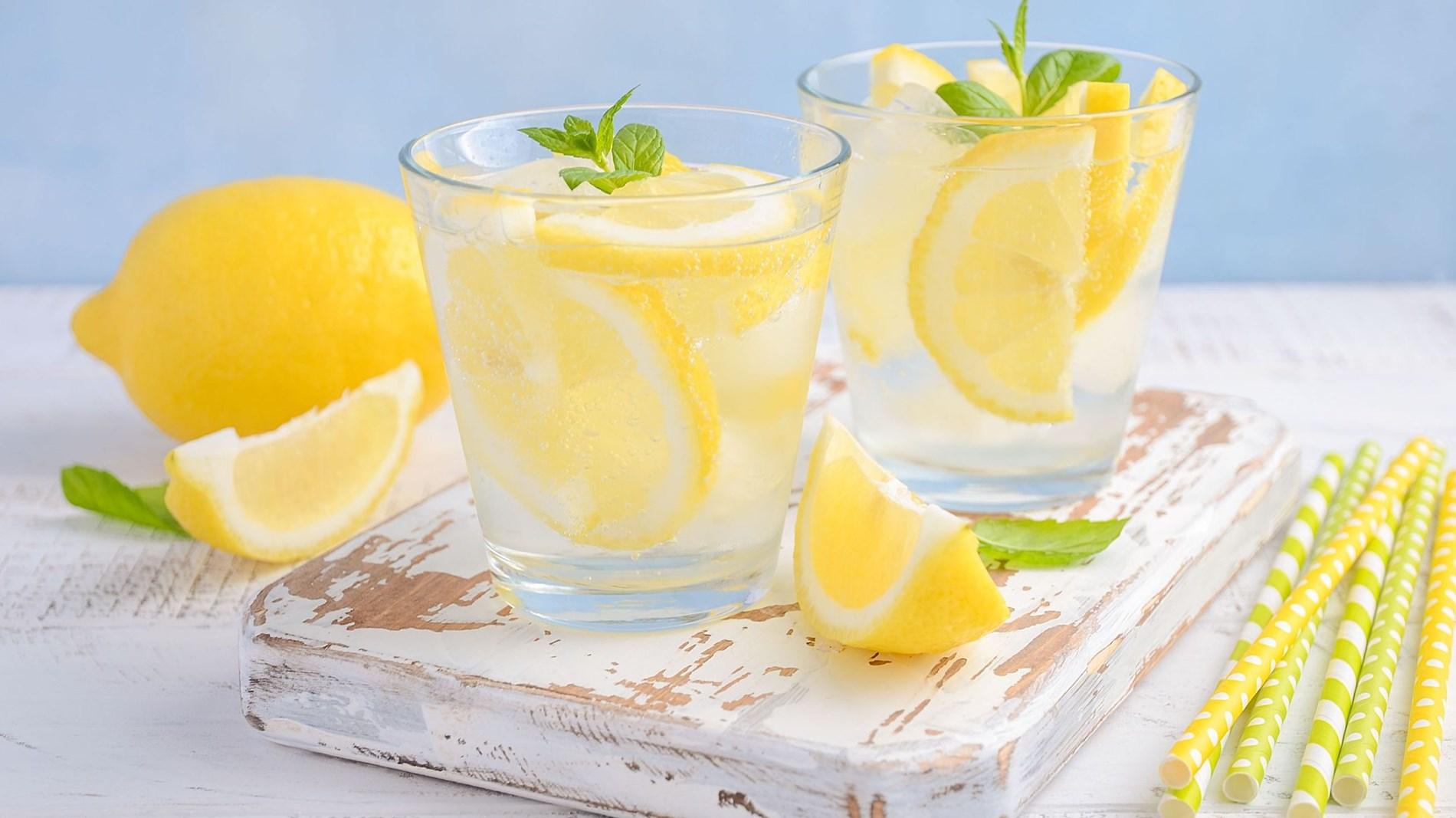 ابتعدي عن شرب ماء الليمون صباحاً.. لهذا السبب