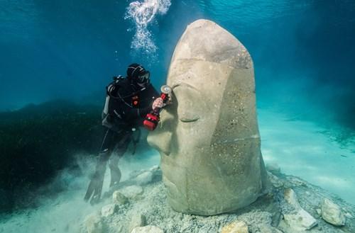 أول معرض فني تحت الماء في أوروبا.. تماثيل في قاع البحر
