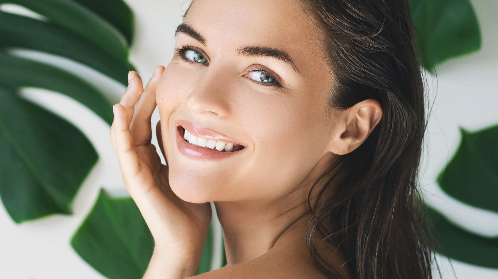 إليكِ أفضل المنتجات الطبيعية لتبييض الأسنان