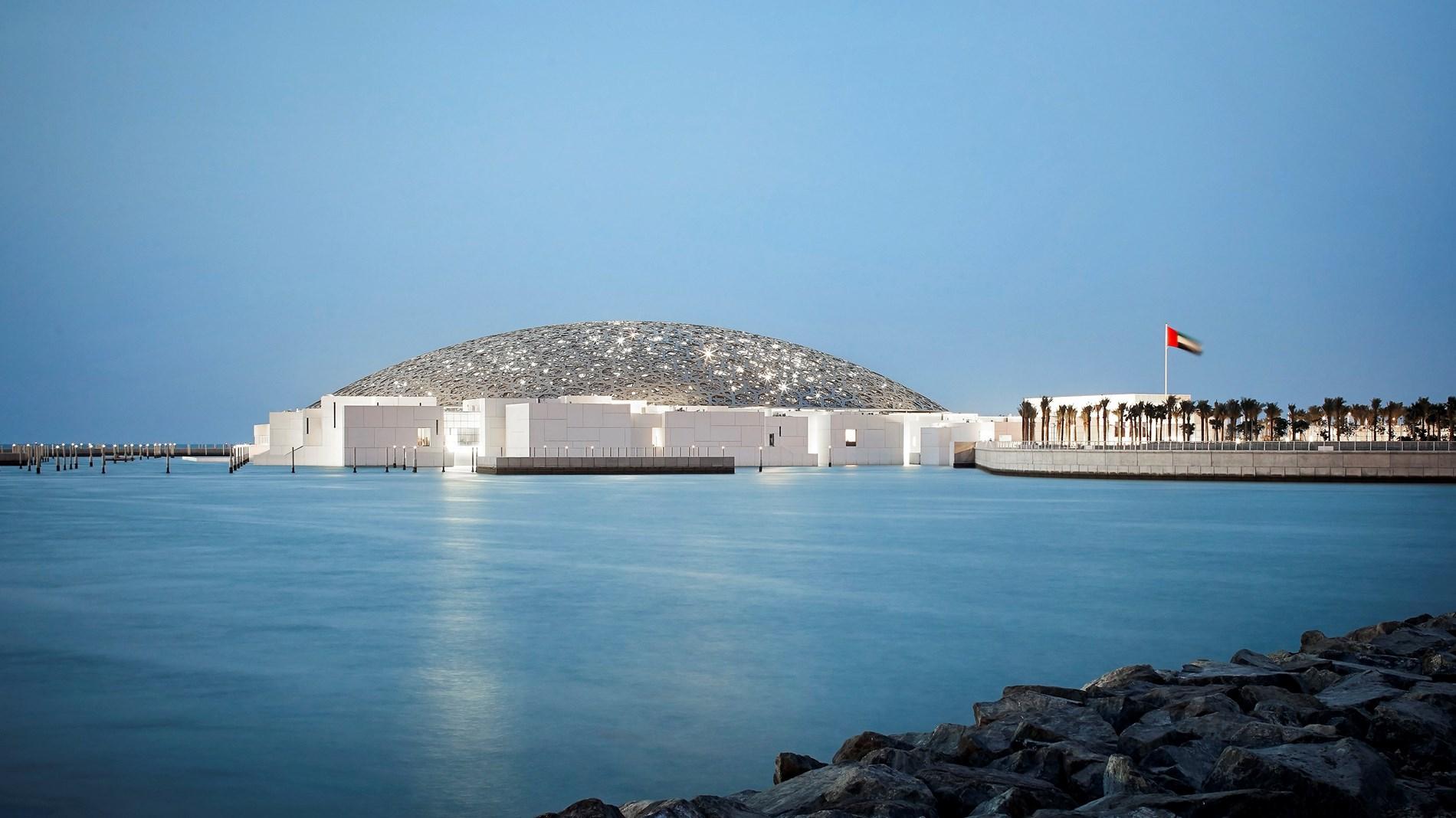 اللوفر أبوظبي وريتشارد ميل يُطلقان معرضاً وجائزة فنّية لدعم الفنون المعاصرة