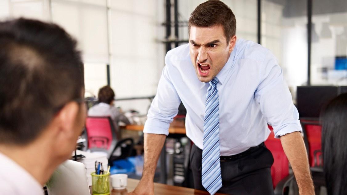 كيف تتعاملين مع مدير دائم الغضب