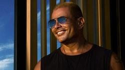 """عمرو دياب يكرر إطلالة """"ليلي نهاري"""" في بوستر الترويج لـ كليب """"عيشني"""""""