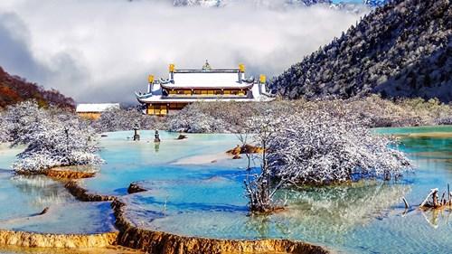 """""""هوانغلونغ"""".. حمامات السباحة الحرارية المخبأة في الجبال"""