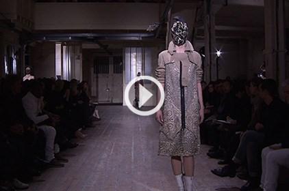 شاهدي عرض الأزياء الغريب من Martin Margiela في باريس