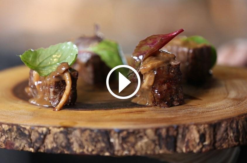 شاهدي طريقة تحضير أفضل صلصة للحم المشوي وتقديمه